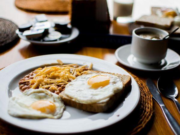 Galeria de Fotografias de Hotelaria beans bread breakfast 103124 600x450